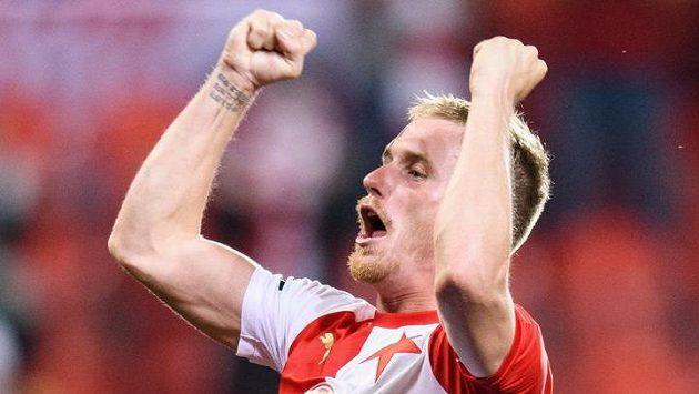 Petr Ševčík ze Slavie Praha oslavuje nad hlavami spoluhráčů zisk mistrovského titulu.
