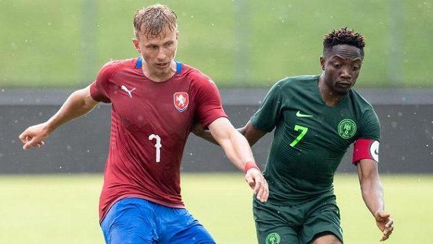 Český záložník Antonín Barák a Ahmed Musa z Nigérie během přípravného utkání v rakouském Schwechatu.