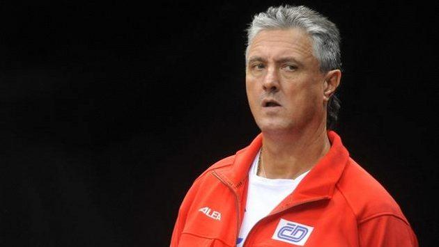 Daviscupový kapitán Jaroslav Navrátil během tréninku českých tenistů před pražským finále proti Španělsku.
