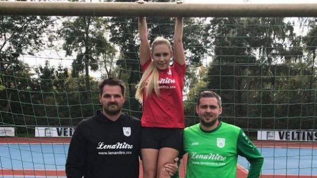 Německý tým SV Oberwurzbach, hrající šestou nejvyšší soutěž, řešil nečekané problémy. Na příkaz regionálních šéfů tamního fotbalu muselo vedení klubu odstranit jméno známé pornoherečky Leny Nitro, která podporovala klub.
