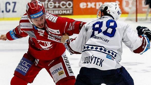 Petr Kodýtek z Plzně byl v uplynulé sezoně nejmenším hráčem hokejové extraligy, přesto se pustil do bitky s třineckým Patrikem Hrehorčákem.