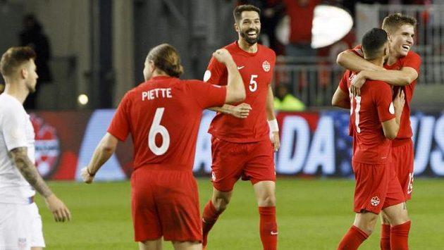 Fotbalisté Kanady se radují z branky