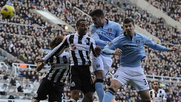 Javi Garcia (druhý zprava) z Manchesteru City dává hlavou Newcastlu druhý gól.