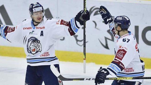 Zleva autor prvního gólu Liberce Ladislav Šmíd a jeho spoluhráč Tomáš Hanousek se radují z gólu.