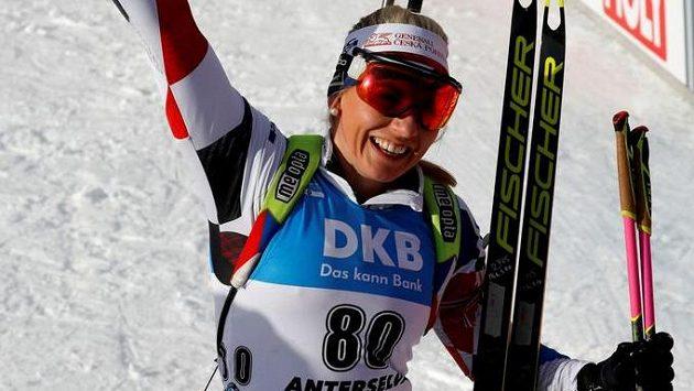 Lucie Charvátová v cíli životního závodu - ze sprintu na MS v Anterselvě brala bronz.