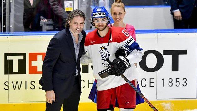 Odměna po Norsku. Cenu nejlepšímu hráči českého týmu Michaelovi Frolíkovi předal Jaromír Jágr (vlevo).