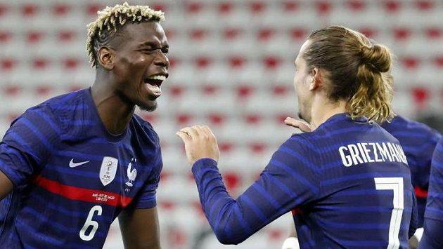 Francouzští reprezentanti Antoine Griezmann (vpravo) a Paul Pogba oslavují gól v přípravném utkání před fotbalovým EURO.
