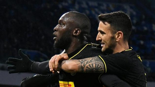 Fotbalista Interu Milán Romelu Lukaku oslavuje se svými spoluhráči gól v rámci 18. kola Serie A proti Neapoli.