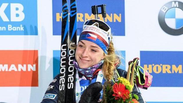 Markéta Davidová na stupních vítězů po sprintu v Novém Městě na Moravě letos v březnu. Ilustrační foto.