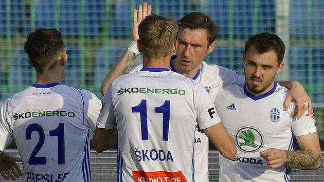 Hráči Boleslavi se radují z gólu v prodloužení, který dal Jaromír Zmrhal (druhý zprava).