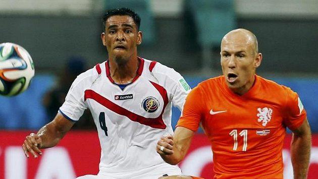 Nizozemec Arjen Robben (vpravo) v souboji s Kostaričanem Michaelem Umaňou.