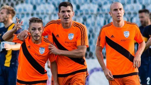 Nikolas Šumský (vlevo) rozehrával rohový kop, ze kterého padl jediný gól zápasu s Třincem.