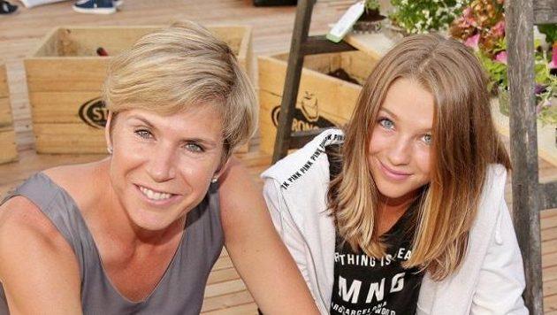 Kateřina Neumannová s dcerou na letním otevírání střešní zahrady paláce Lucerna.