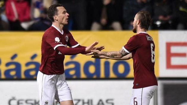 Fotbalisté Sparty David Lafata a Lukáš Vácha oslavují gól na 1:1 v Liberci.