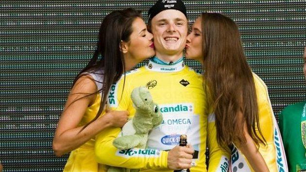 Český cyklista Petr Vakoč ve žlutém dresu lídra závodu Kolem Polska si nadále může na stupních užívat přítomnosti sličných hostesek.