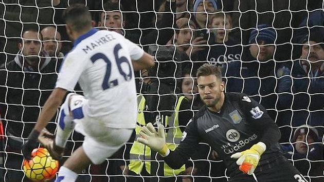 Leicesterský útočník Mahríz neproměnil proti Aston Ville pokutový kop.