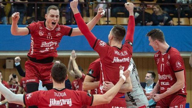 Volejbalisté Českých Budějovic se radují z výhry nad Fenerbahce Istanbul.