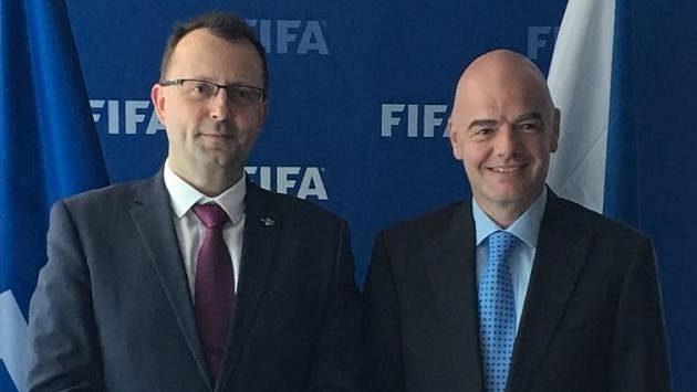 Zleva Martin Malík, předseda FAČR, a Gianni Infantino, šéf FIFA. Ilustrační snímek.