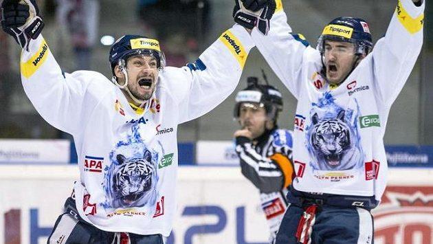 Liberečtí hokejisté Jakub Valský (vlevo) a Tomáš Filippi se radují ze vstřelení gólu.