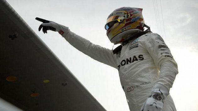 Lewis Hamilton poté, co v Šanghaji získal pole position.