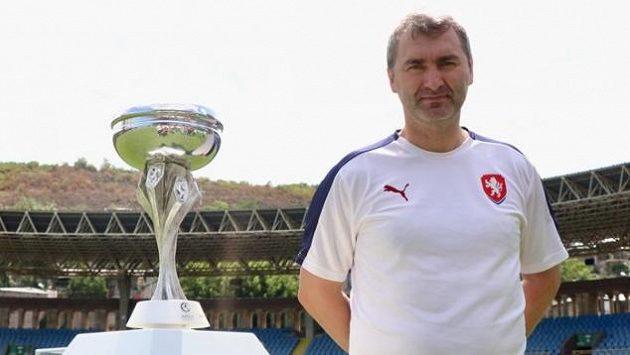 Trenér Jan Suchopárek na stadionu v Jerevanu.
