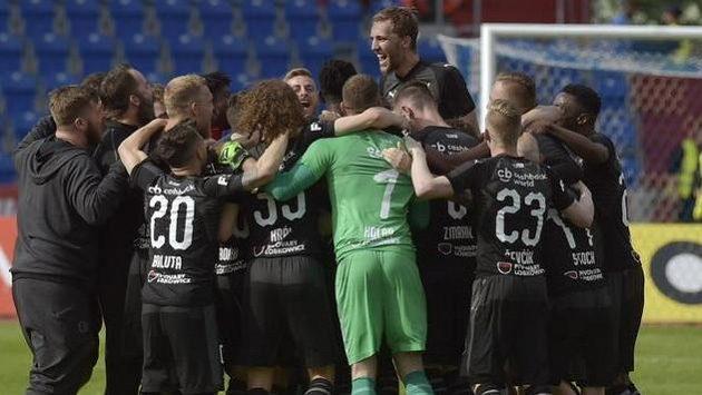 Hráči Slavie se radují z výhry, která jim zajistila ligový titul.
