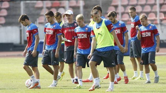 Vítězslav Lavička, trenér reprezentační jednadvacítky, obklopen svěřenci při jednom z tréninků.
