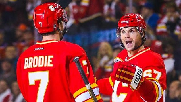 Michael Frolík (vpravo) oslavuje gól do sítě Edmontonu.
