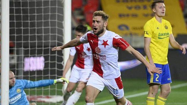 Střelec Jan Kuchta ze Slavie se raduje z gólu.