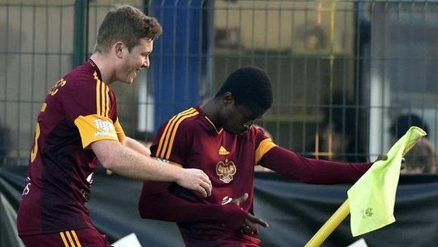 Hráči Dukly se radují z gólu.