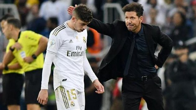 Fotbalista Realu Madrid Federico Valverde (vlevo) odchází do šaten kolem trenéra Atlétika Madrid Diega Simeoneho (vpravo) během finále španělského Superpoháru.