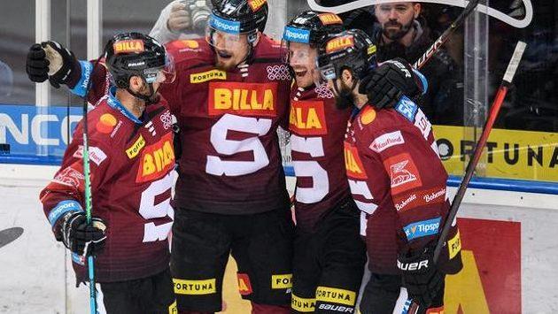 Hokejisté Sparty oslavují gól v utkání s Litvínovem.