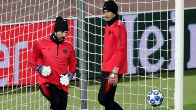 Brankáři Paris St Germain Gianluigi Buffon a Alphonse Areola during training REUTERS/Marko Djurica