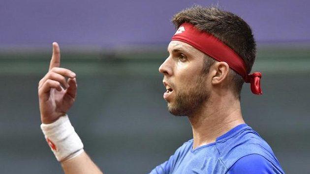 Český tenista Jiří Veselý gestikuluje během úvodní dvouhry daviscupového duelu se Slovenskem.