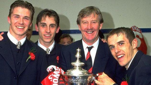 Fotbalový trenér Eric Harrison (druhý zprava). Na snímku se slavnými hráči United Davidem Beckhamem, Garym Nevillem a Philem Nevillem.
