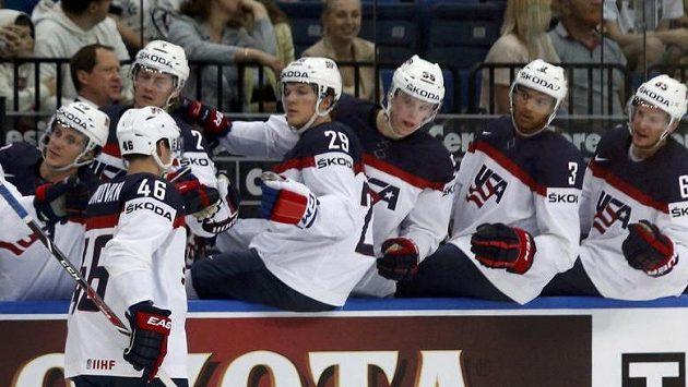 Matt Donovan přijímá gratulace spoluhráčů z týmu USA v utkání proti Německu.