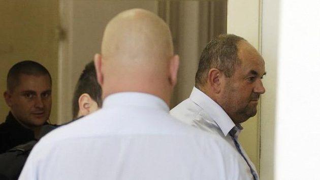 Justiční stráž přivádí Miroslava Peltu k soudu, který rozhodoval o jeho vzetí do vazby.