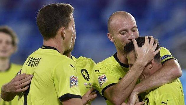 Hráči českého týmu se radují z třetího gólu. Druhý zprava jeho autor Michael Krmenčík.