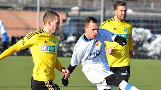 Milan Rundič (vlevo) v duelu s týmem Niepolomice.