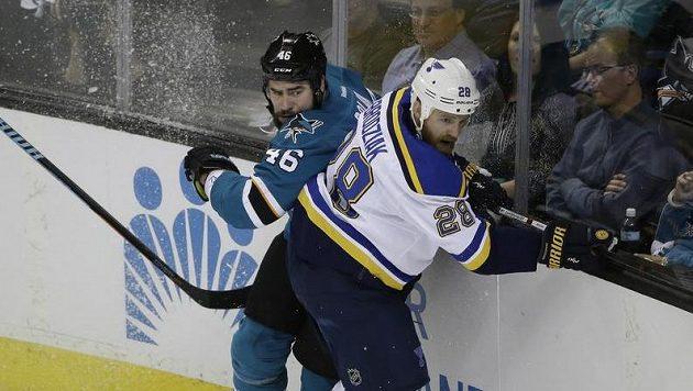 Roman Polák (46) ze San Jose při jednom ze semifinálových zápasů ztratil hokejku v souboji s Kylem Brodziakem (28).