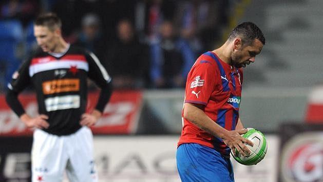Plzeňský záložník Pavel Horváth před penaltou, kterou neproměnil.
