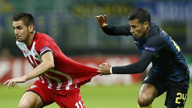 Dušan Tadič (vlevo) ze Southamptonu a Jeison Murillo z Interu.