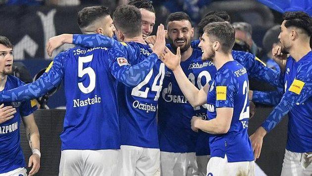 Fotbalisté Schalke se radují z branky