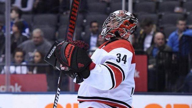 Brankář Caroliny Petr Mrázek slaví 100. výhru v NHL.