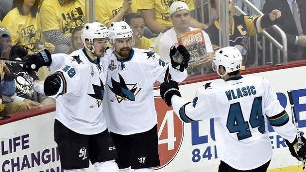 Tomáš Hertl (vlevo), Joonas Donskoi (27) a Marc-Edouard Vlasic (44) se radují z trefy českého útočníka v prvním finále play off NHL na ledě Pittsburghu.