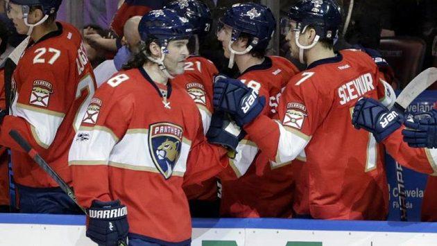 Jaromír Jágr přijímá gratulace po vstřelení gólu proti Carolině. Byl to jeho druhý v NHL v pětačtyřiceti letech.