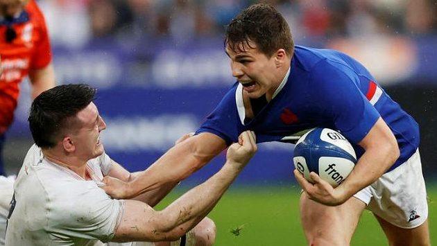 Francouz Antoine Dupont se snaží utéct anglickému soupeři Thomasovi Currymu.