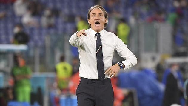 Italský trenér Roberto Mancini dává pokyny svým svěřencům v zápase proti Turecku.