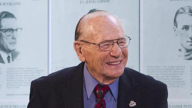 Čtyřnásobný vítěz Stanley Cupu s Torontem Johnny Bower zemřel na zápal plic ve věku 93 let.