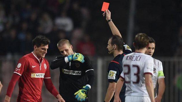 Ani modrá, kterou Beránek zažil v Rakousku, ani Platiniho bílá karta. Fotbalu víc pomáhá sprej